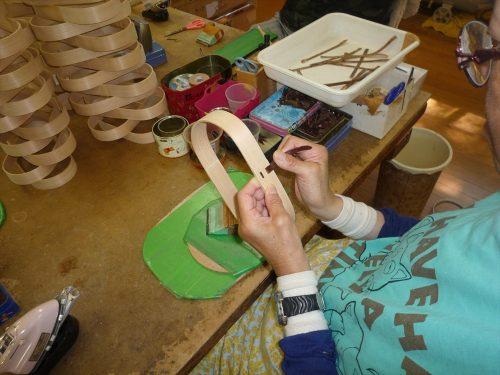 写真:木工作業の様子