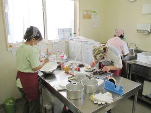 写真:シフォンケーキ製造