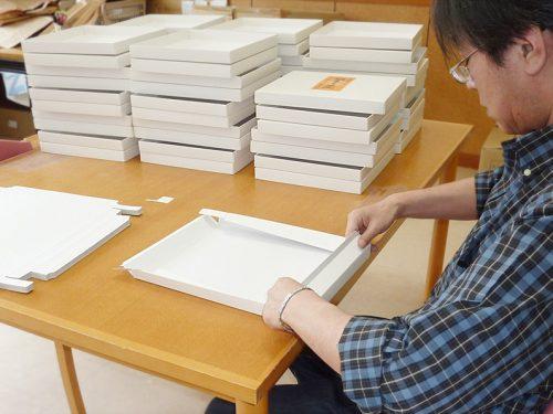 写真:箱折り作業