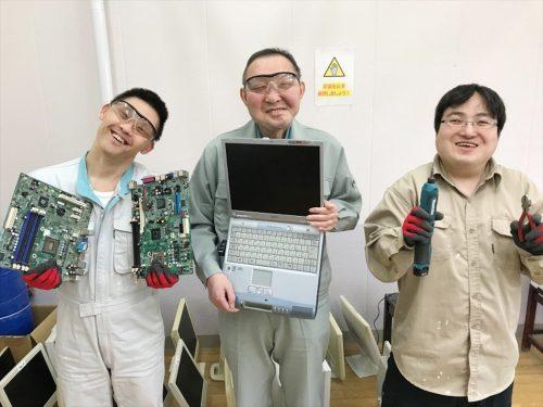 写真:パソコン解体作業